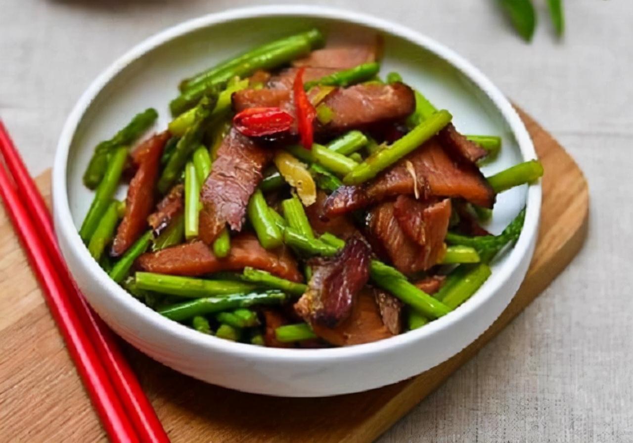 炒腊肉别只会直接下锅炒,难怪又硬又难吃,加这一步,美味又可口