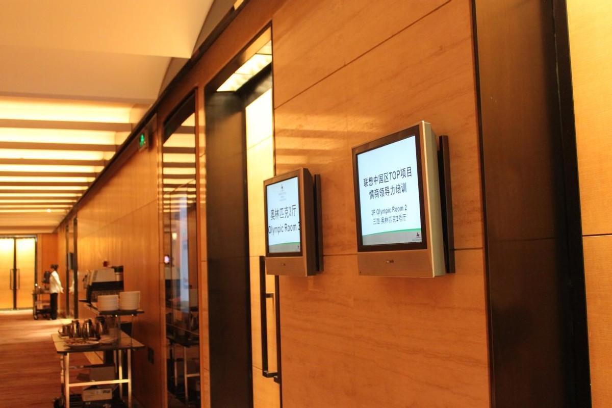 酒店数字标牌系统如何改善客户体验和参与度