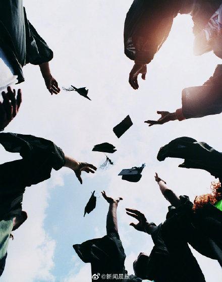 两成大学生预期毕业后月薪过万,近七成大学生认为毕业10年内年入百万