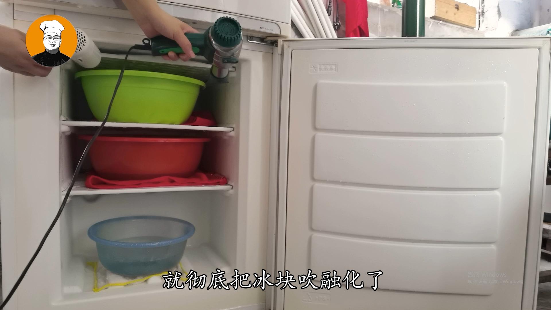 冰箱结冰太厚不要铲,教你1招,5分钟冰块全部落下,真是太实用了